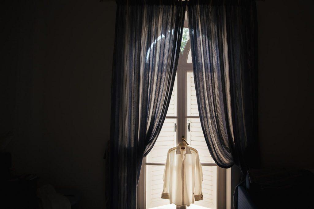 camicia dello sposo in camera dÕalbergo