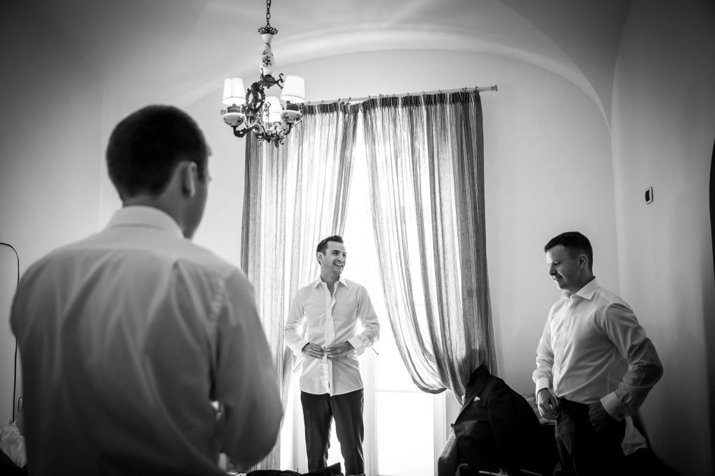 sposo che si veste con i testimoni