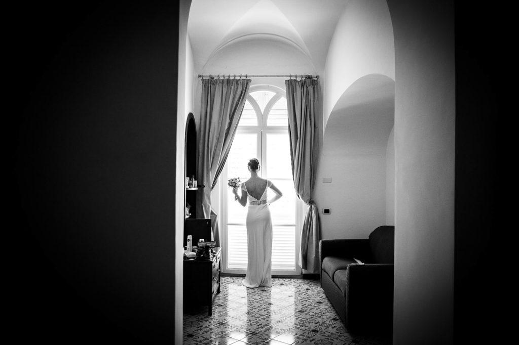 la sposa eÕ pronta per uscire con il fotografo di matrimonio a ravello