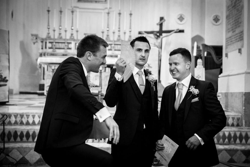 lo sposo attende in chiesa con i testimoni