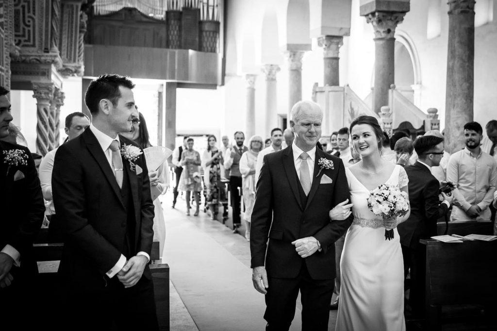 ingresso della sposa in chiesa nello scatto del fotografo di matrimonio a ravello