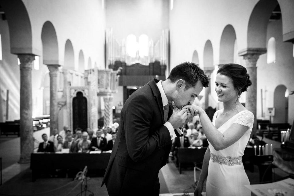 lo sposo bacia la mano della sposa al suo arrivo nel duomo di ravello