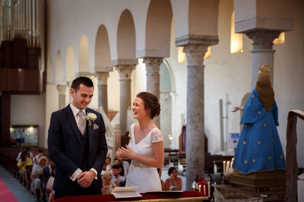 sposi che sorridono durante la cerimonia al duomo di ravello