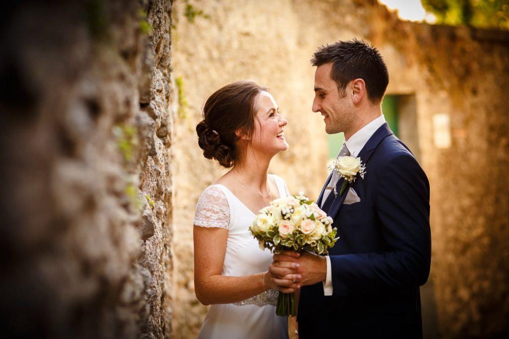 ritratto di coppia di sposi nei vicoli di ravello