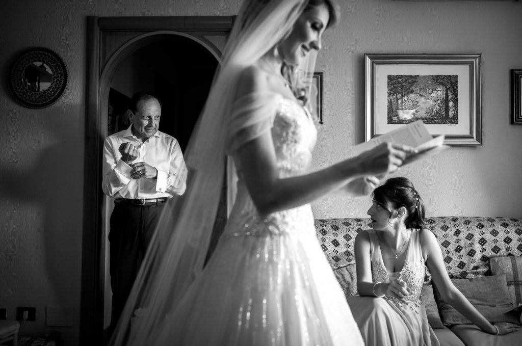 sposa con vestito pronta per il suo matrimonio estivo a roma