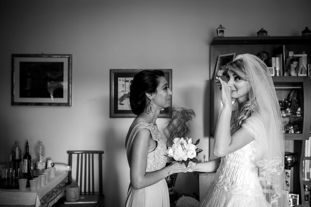 sposa commossa con testimone di nozze