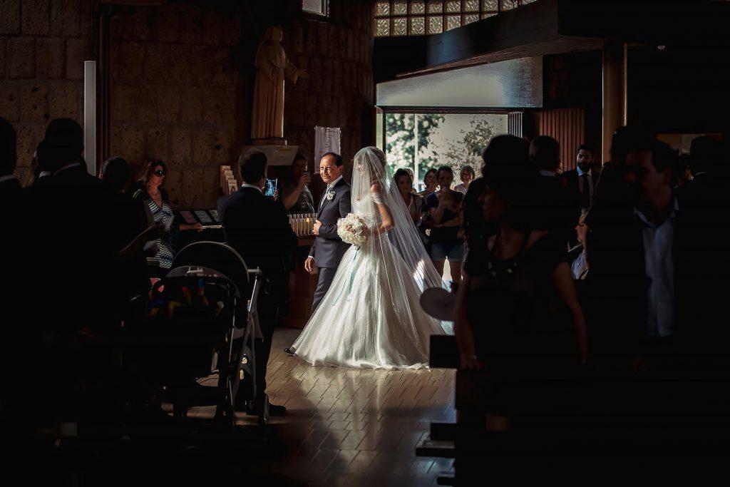 ingresso della sposa in chiesa con il  papˆ per la cerimonia religiosa