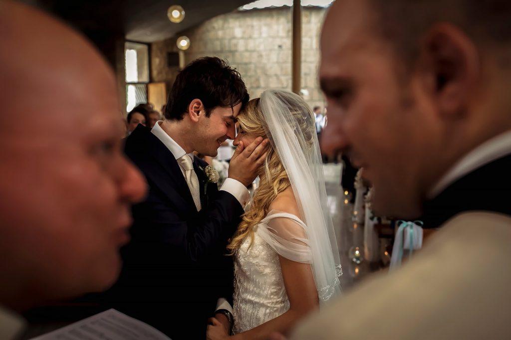 sposi innamorati durante la cerimonia di matrimonio estivo a roma