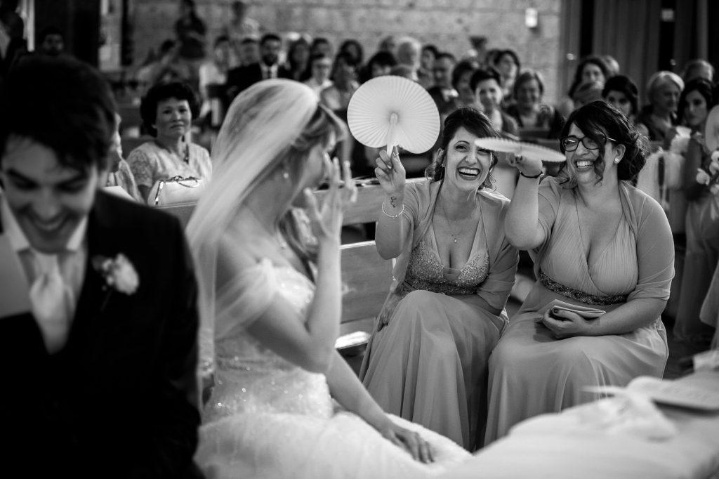 testimoni con ventagli in chiesa durante il matrimonio a roma