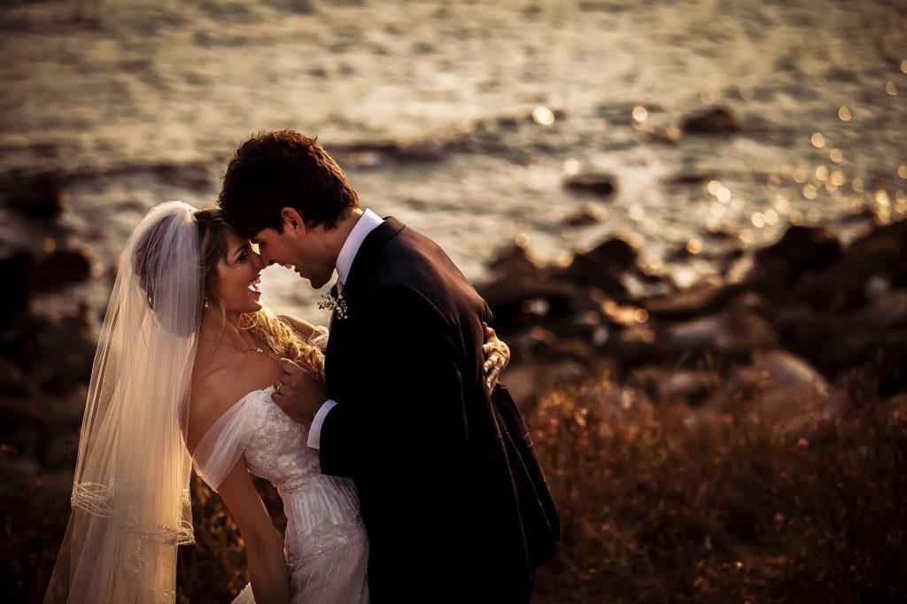 ritratto di coppia sposi in spiaggia a santa marinella al tramonto
