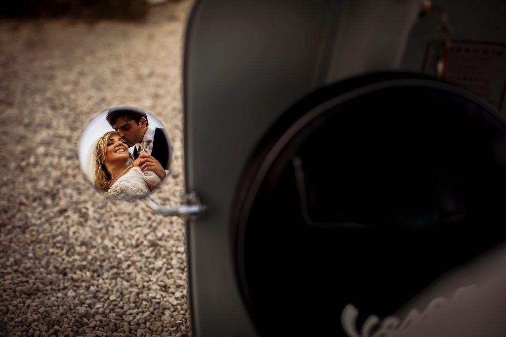 ritratto sposi ripresi nello specchietto della vespa