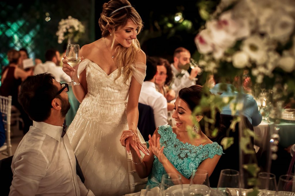 la sposa durante la cena del matrimonio estivo a roma mostra lÕanello ad unÕamica