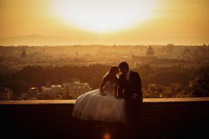 foto di coppia degli sposi con il panorama di roma sullo sfondo allÕalba