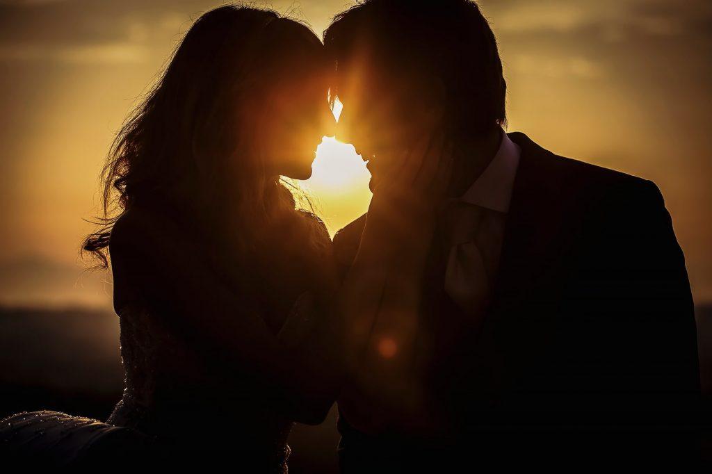 sposa e sposo si baciano in controluce a roma