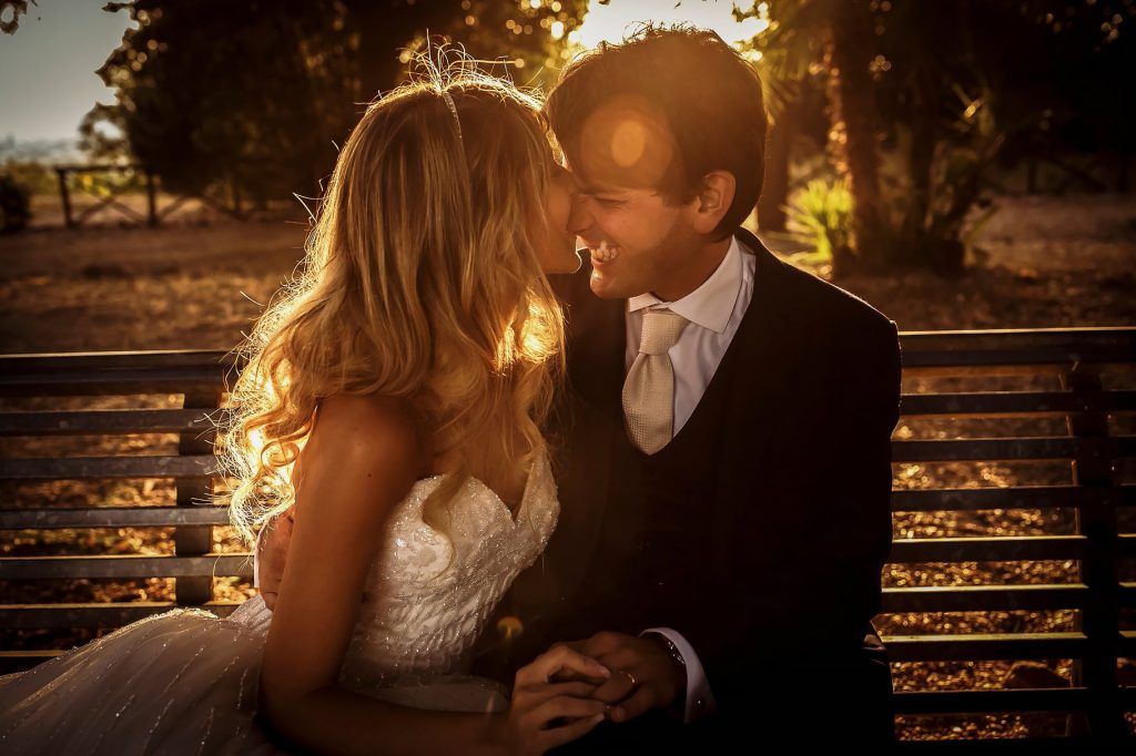 foto di coppia degli sposi su una panchina la gianicolo a roma