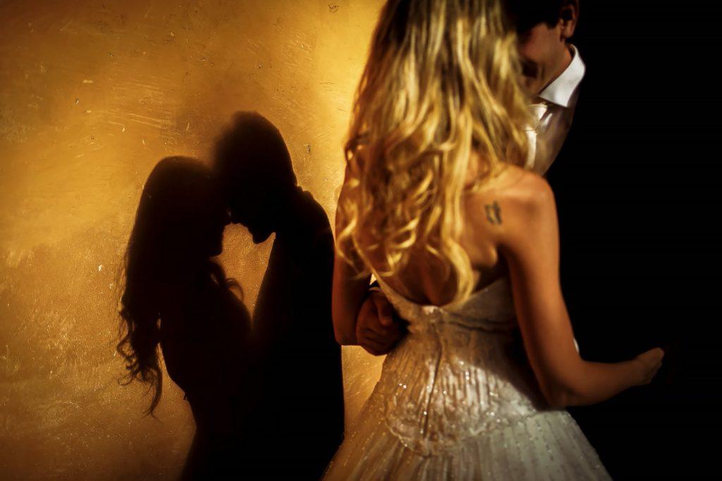 foto delle ombre degli sposi che si abbracciano dopo il matrimonio estivo a roma