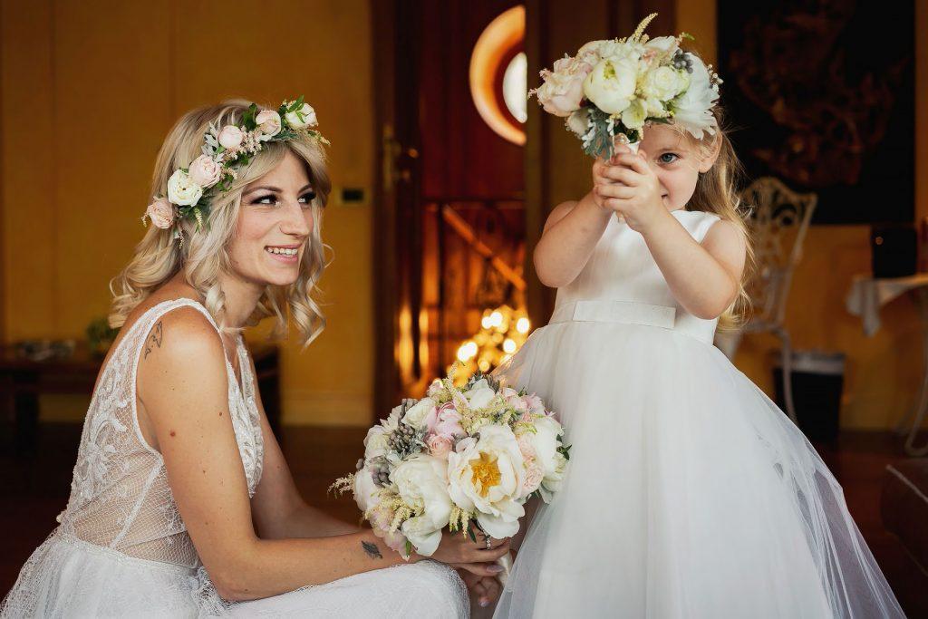 sposa con damigella e bouquet di fiori
