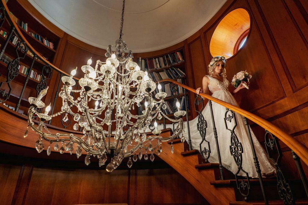 sposa che scende le scale a villa rosantica