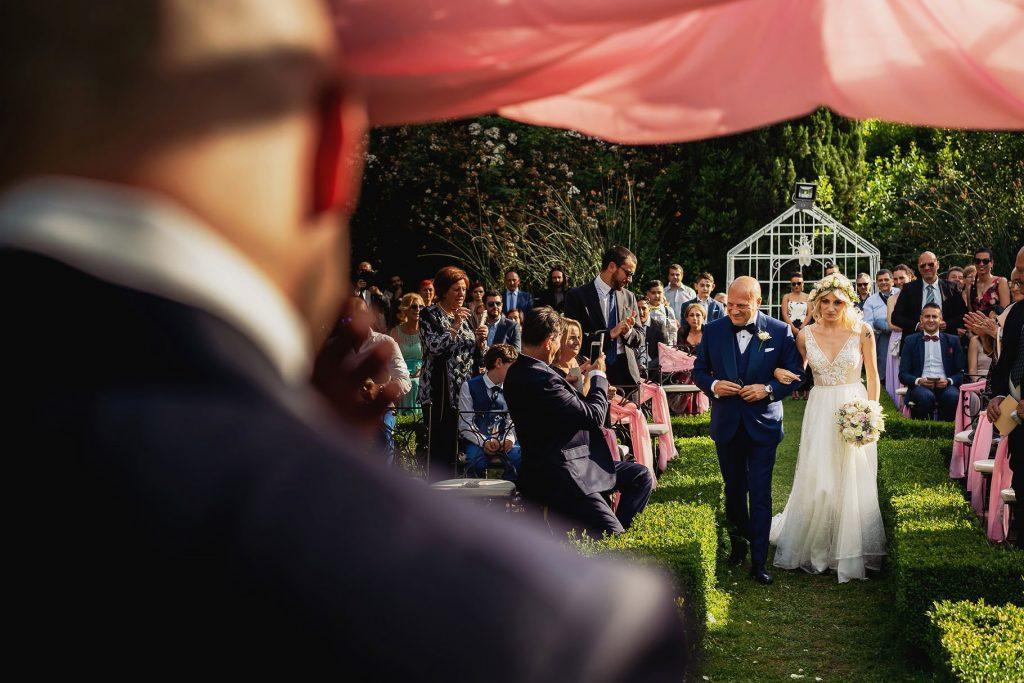 ingresso della sposa con il papˆ alla cerimonia del matrimonio allÕaperto a villa rosantica