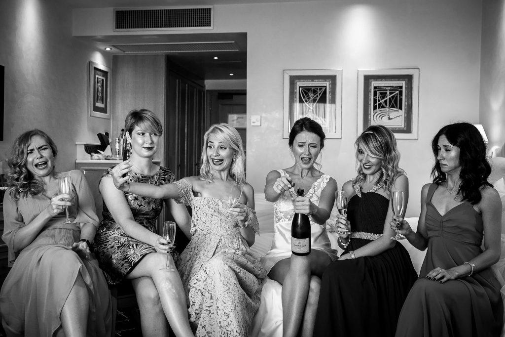 la sposa brinda con le amiche e le testimoni con champagne