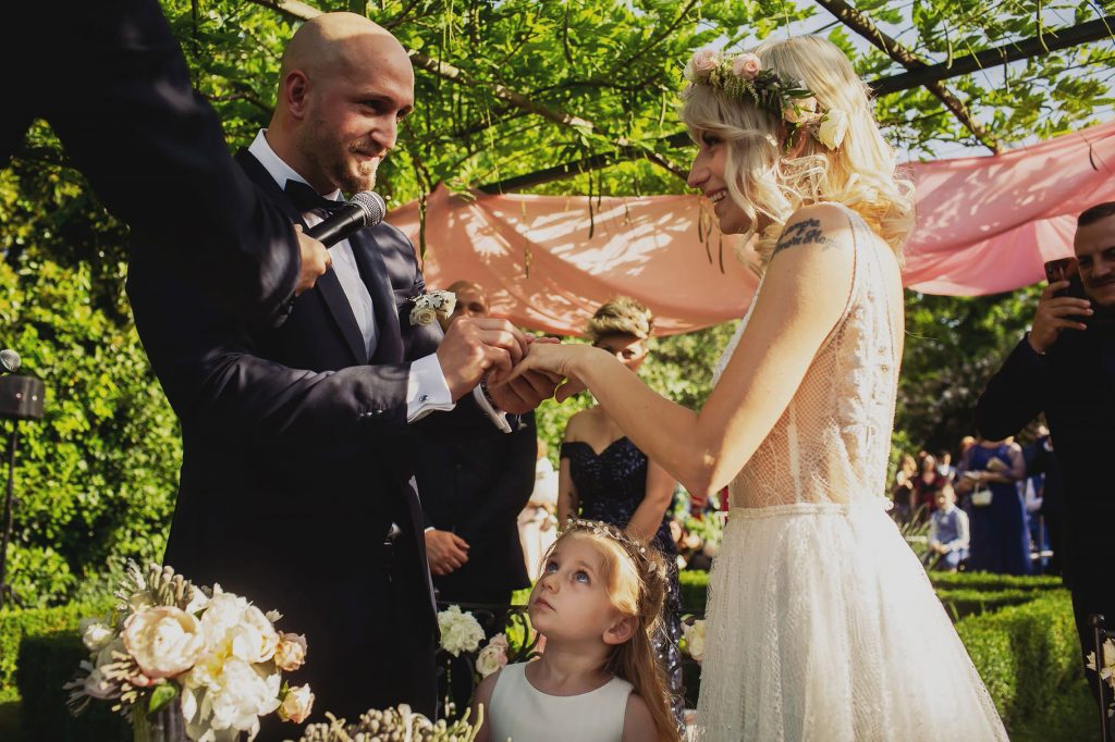 scambio delle fedi al matrimonio allÕaperto a villa rosantica