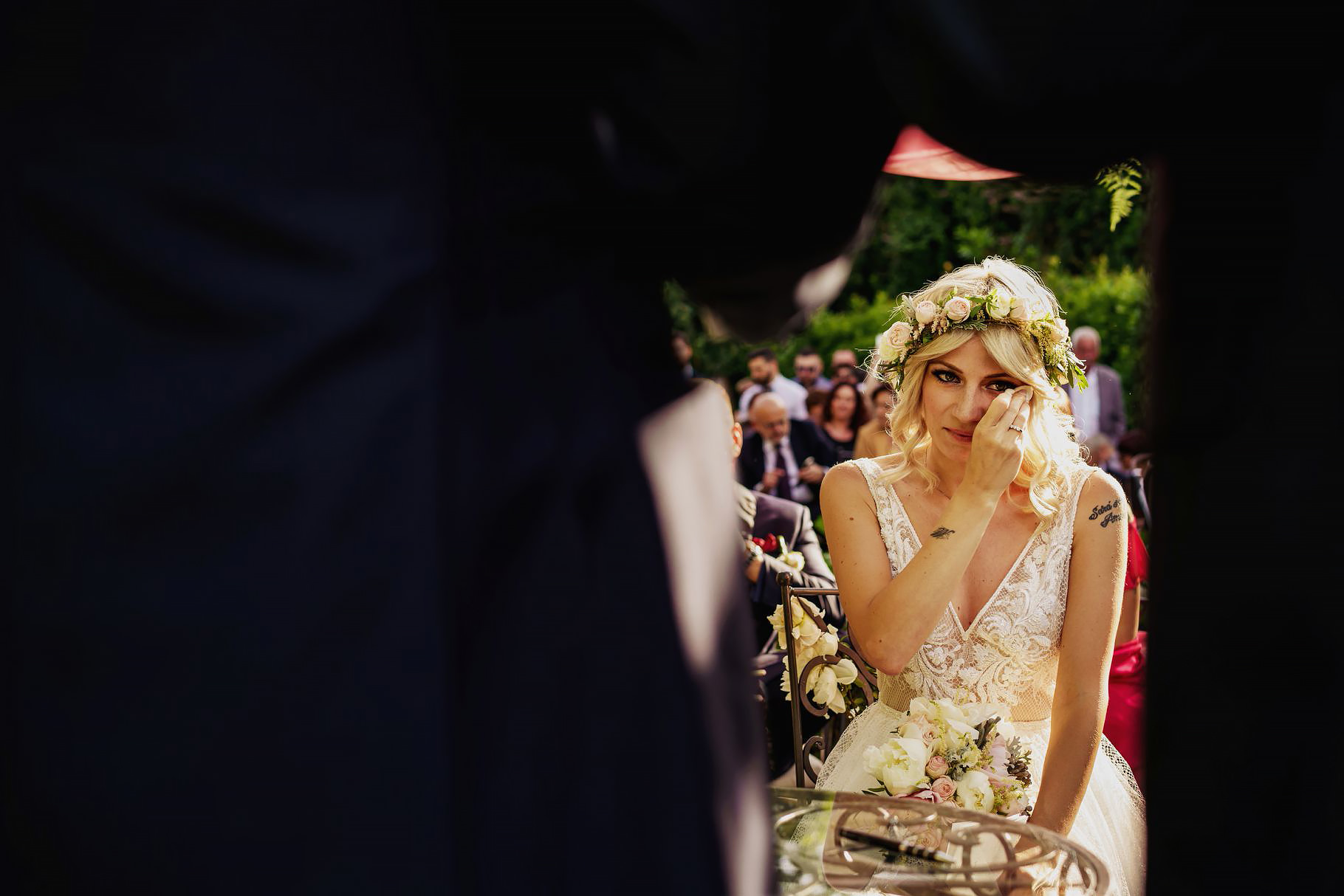 la sposa si commuove durante il discorso dello sposo al matrimonio all'aperto a villa rosantica