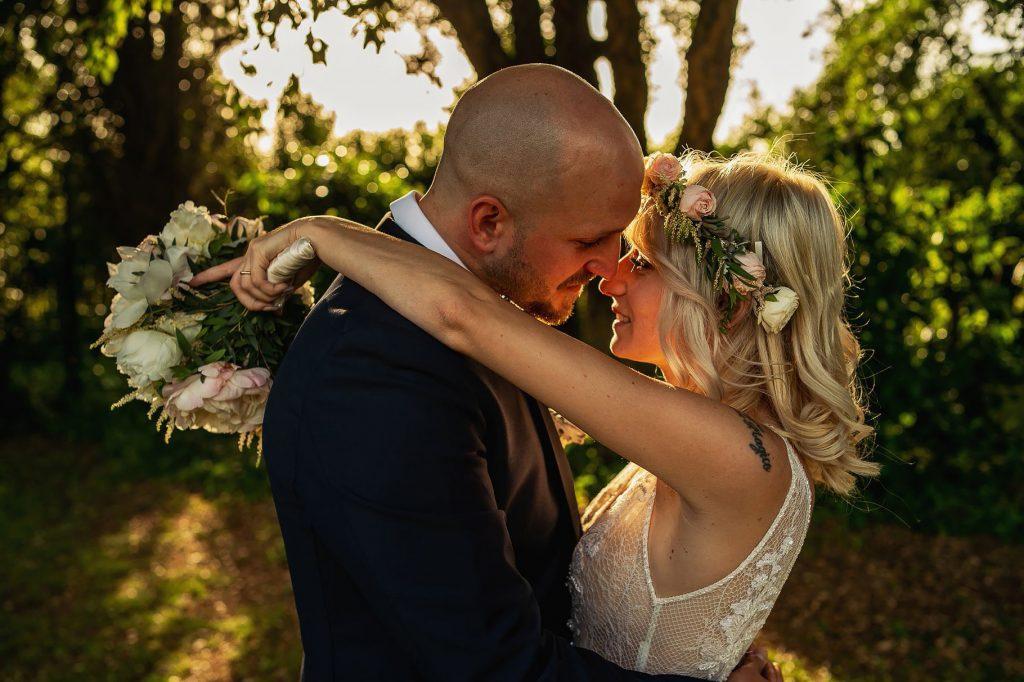 foto di coppia sposi del matrimonio allÕaperto a villa rosantica