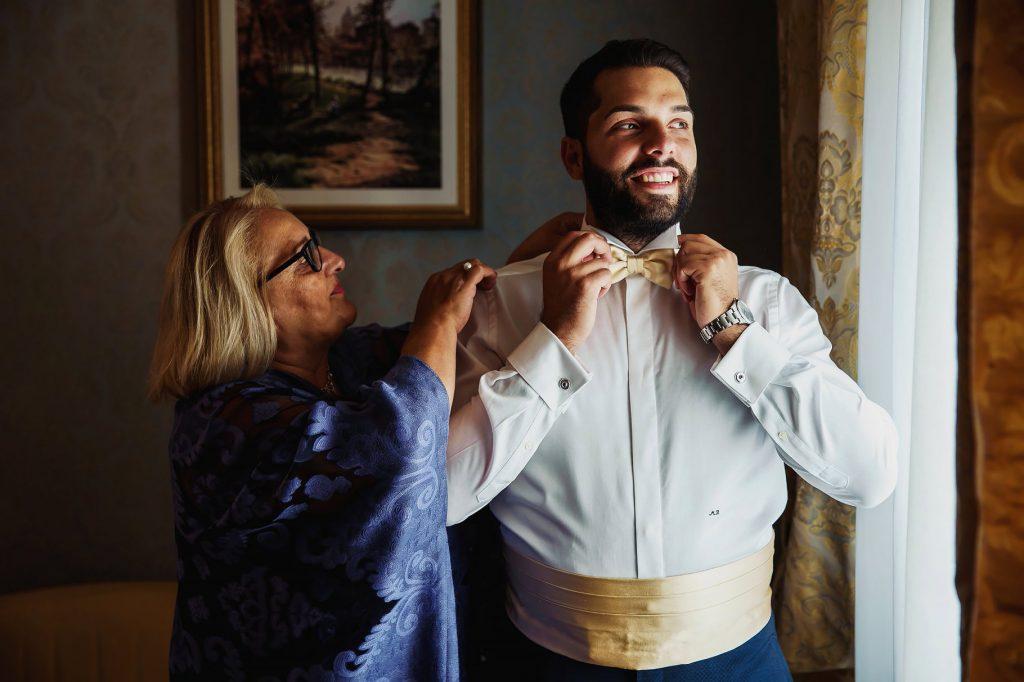 lo sposo si veste aiutato della mamma