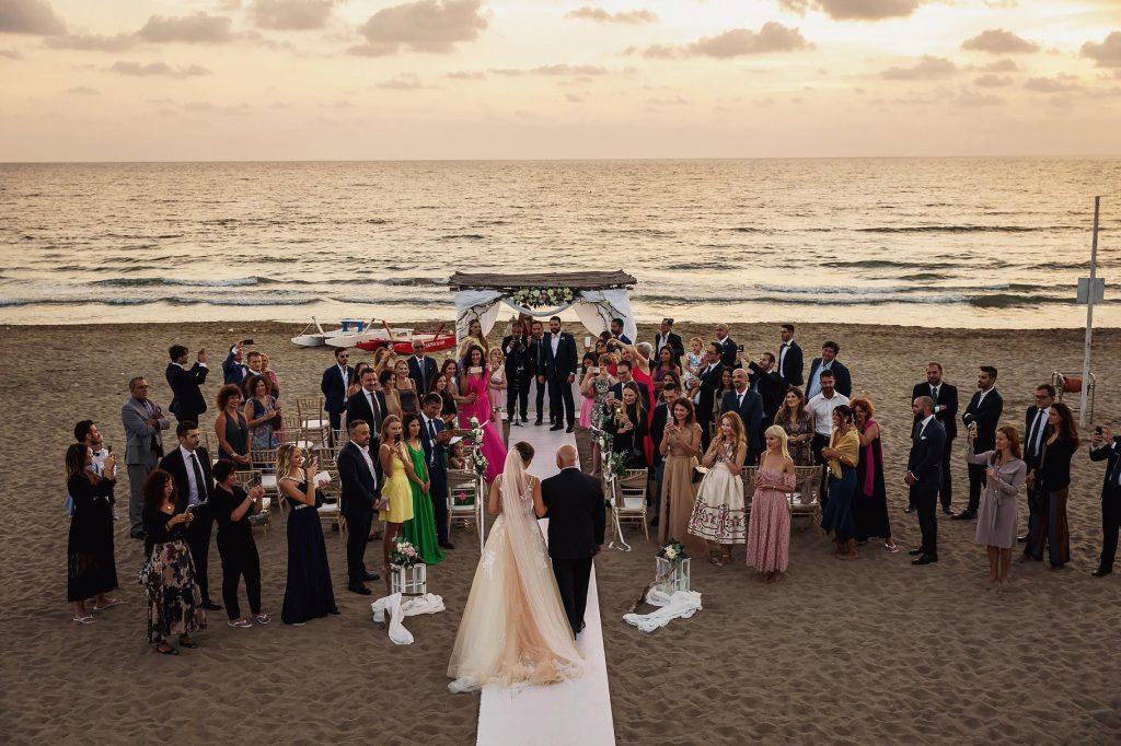 arrivo della sposa alla cerimonia del matrimonio in spiaggia