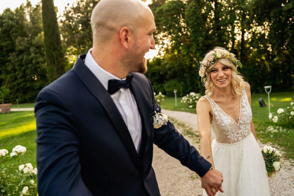 passeggiata degli sposi nel giardino di villa rosantica