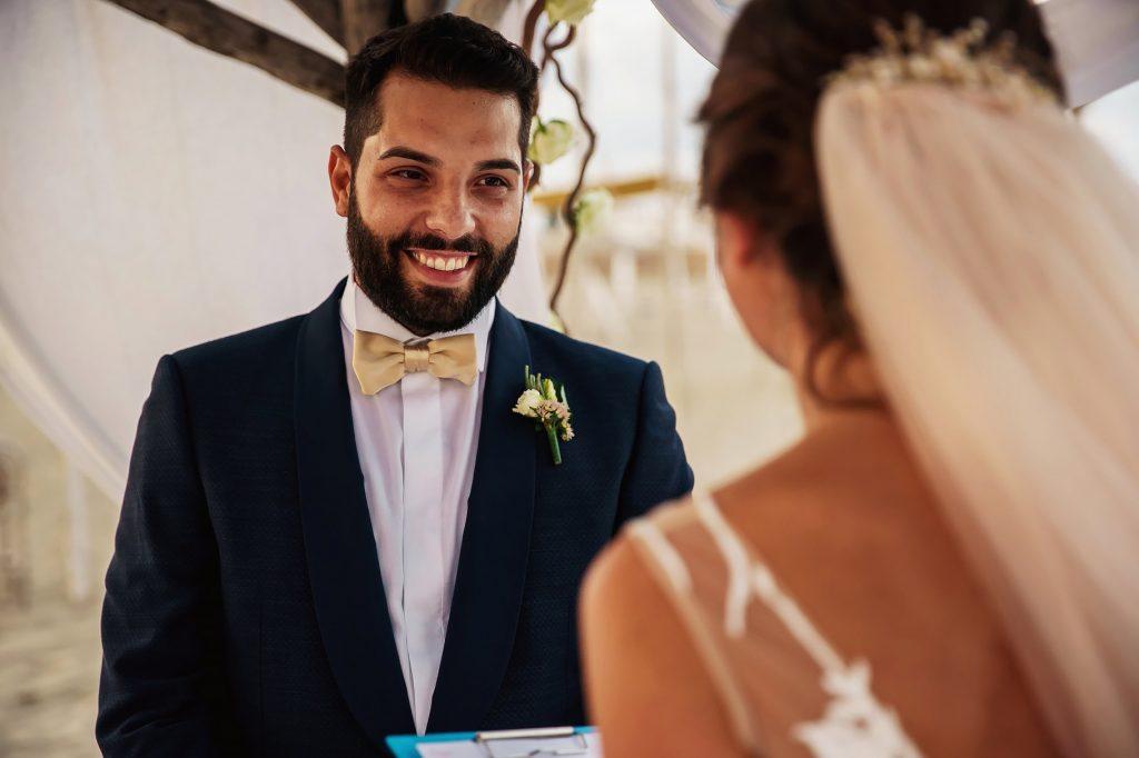 scambio delle promesse di matrimonio, lo sposo guarda la sposa