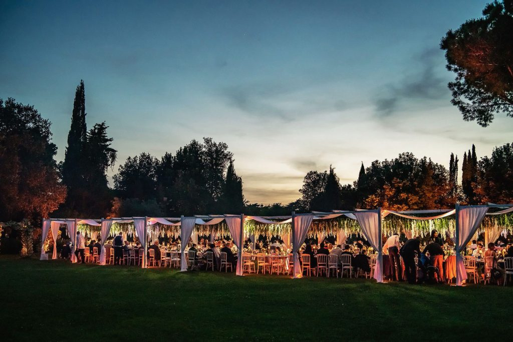 veduta al tramonto dei tavoli del matrimonio allÕaperto a villa rosantica