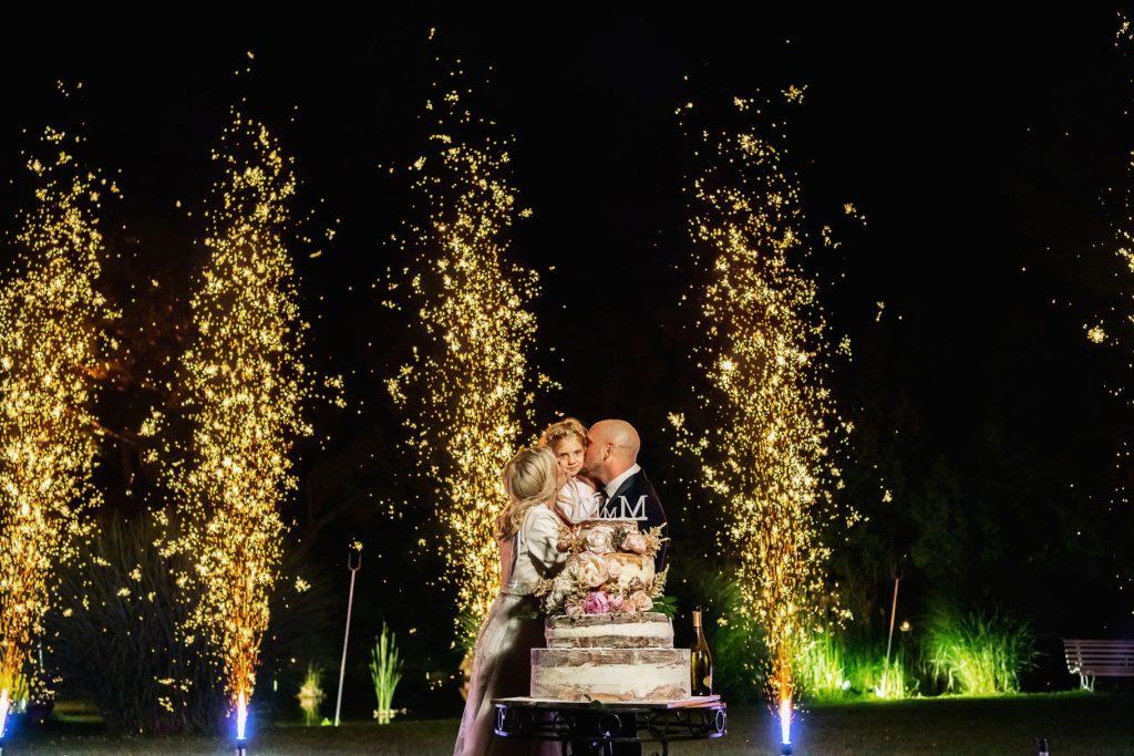 gli sposi e la loro figlia procedono al taglio della torta a villa rosantica