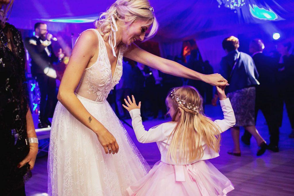 la sposa balla con la figlia al matrimonio allÕaperto a villa rosantica