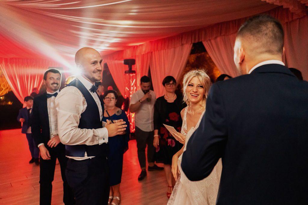 lo sposo balla durante la festa del matrimonio allÕaperto a villa rosantica
