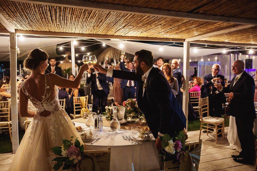gli sposi al tavolo di nozze che brindano