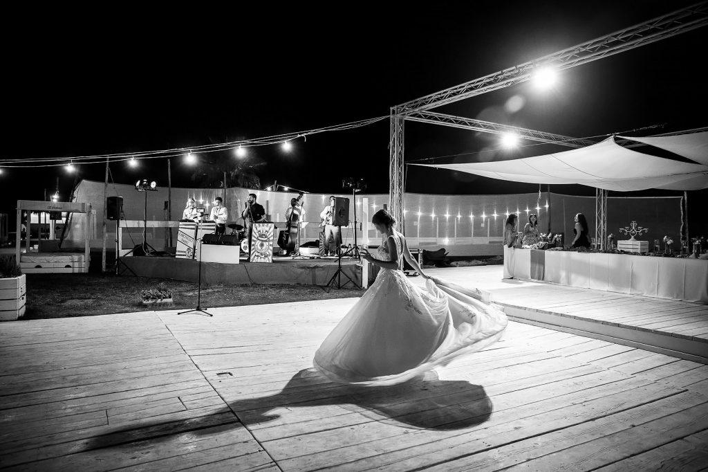 la sposa balla da sola al matrimonio in spiaggia