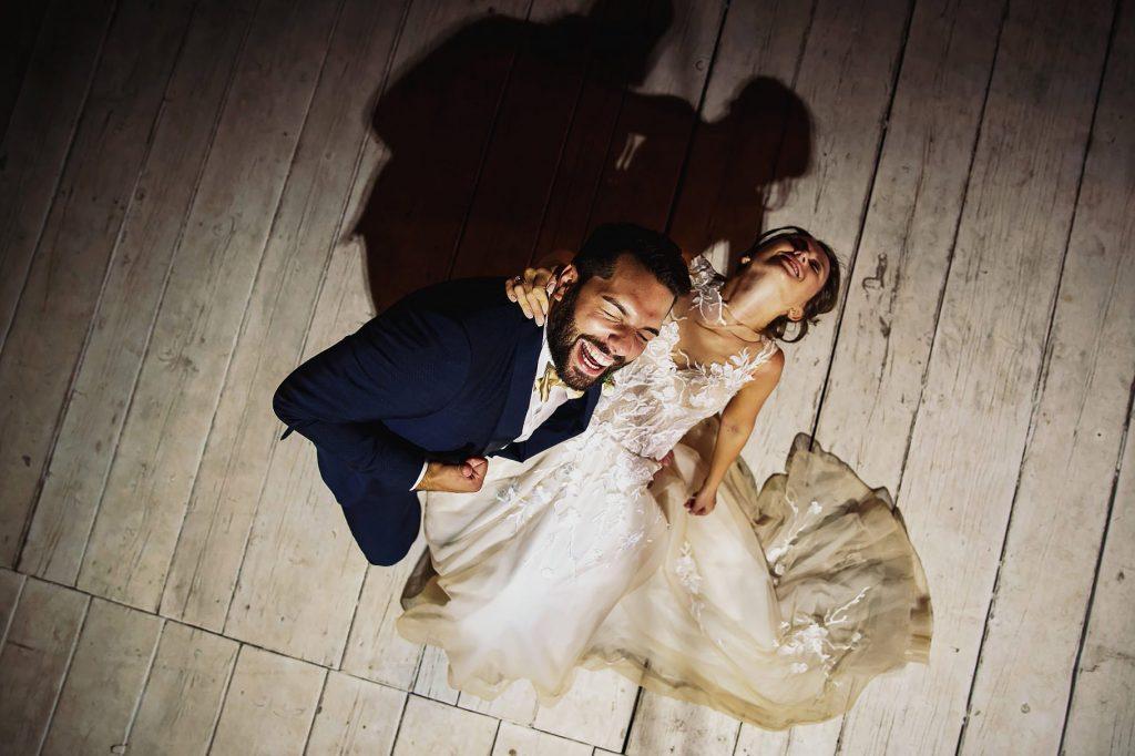 gli sposi ballano e ridono ripresi dallÕalto