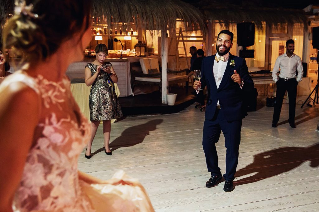 gli sposi ballano insieme al matrimonio in spiaggia