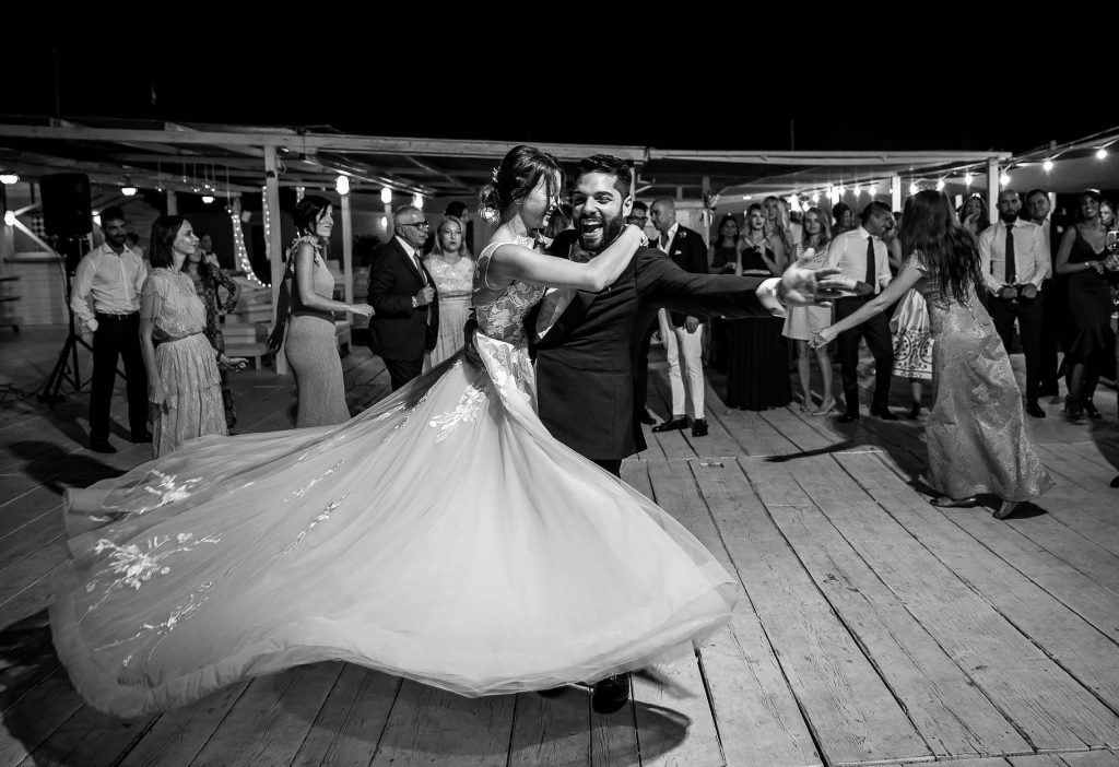 gli sposi ballano con gli ospiti