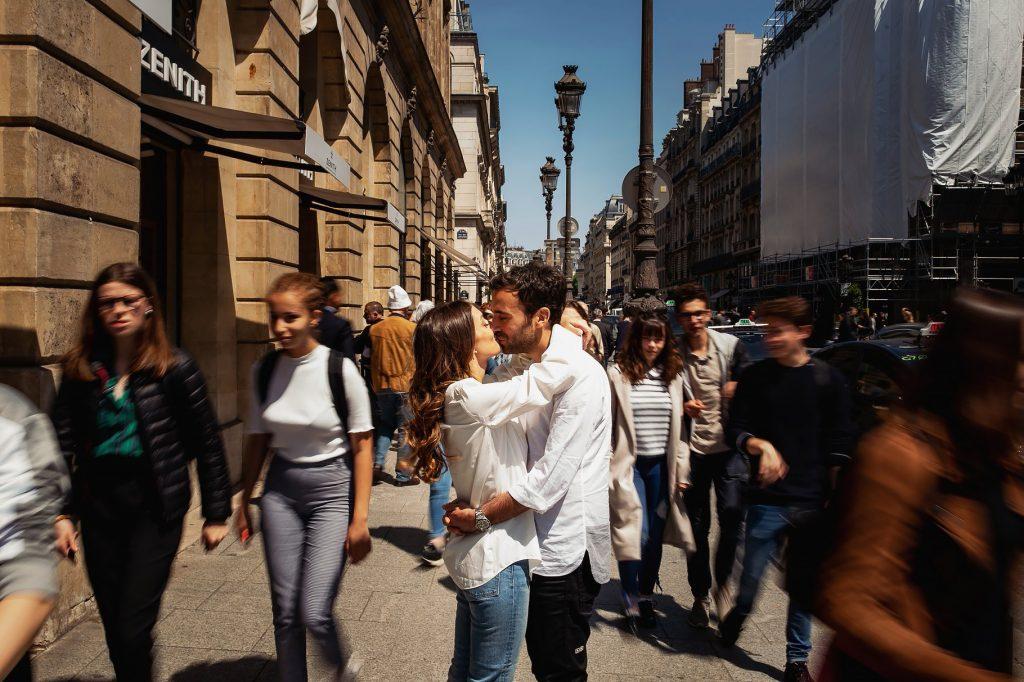 coppia di findanzati in strada affollata dopo il matrimonio a parigi
