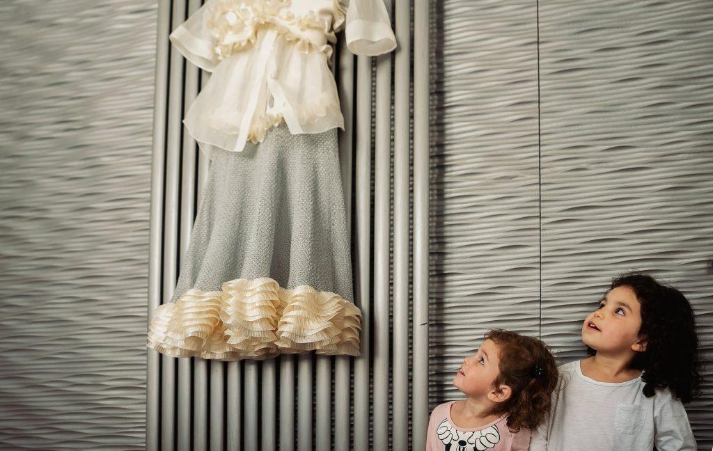 bambine guardano lÕabito da sposa