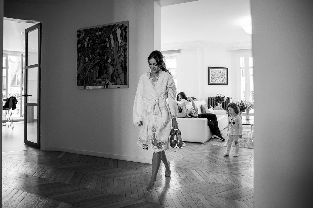 sposa pronta per indossare il vestito