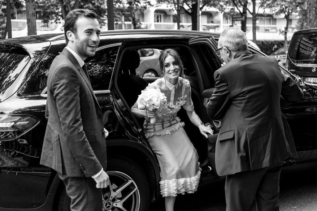 gli sposi arrivano al luogo della cerimonia per il matrimonio a parigi