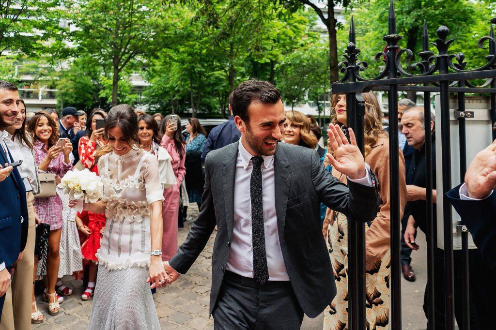 gli sposi entrano in comune per il matrimonio a parigi