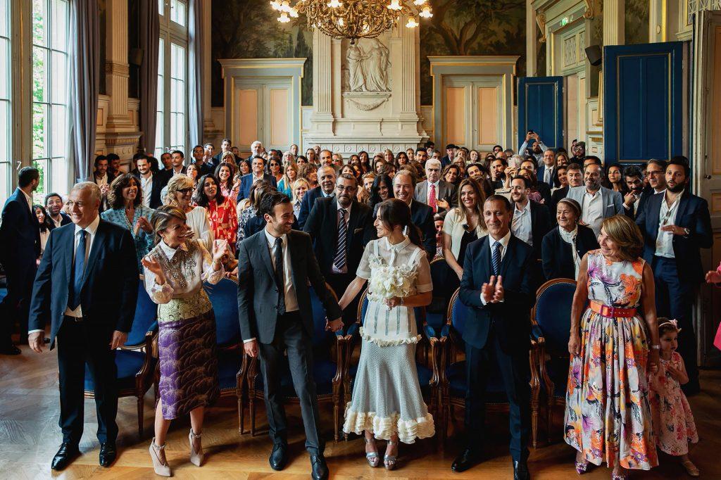 gli sposi e gli invitati durante il rito civile di matrimonio a parigi nella sala comunale