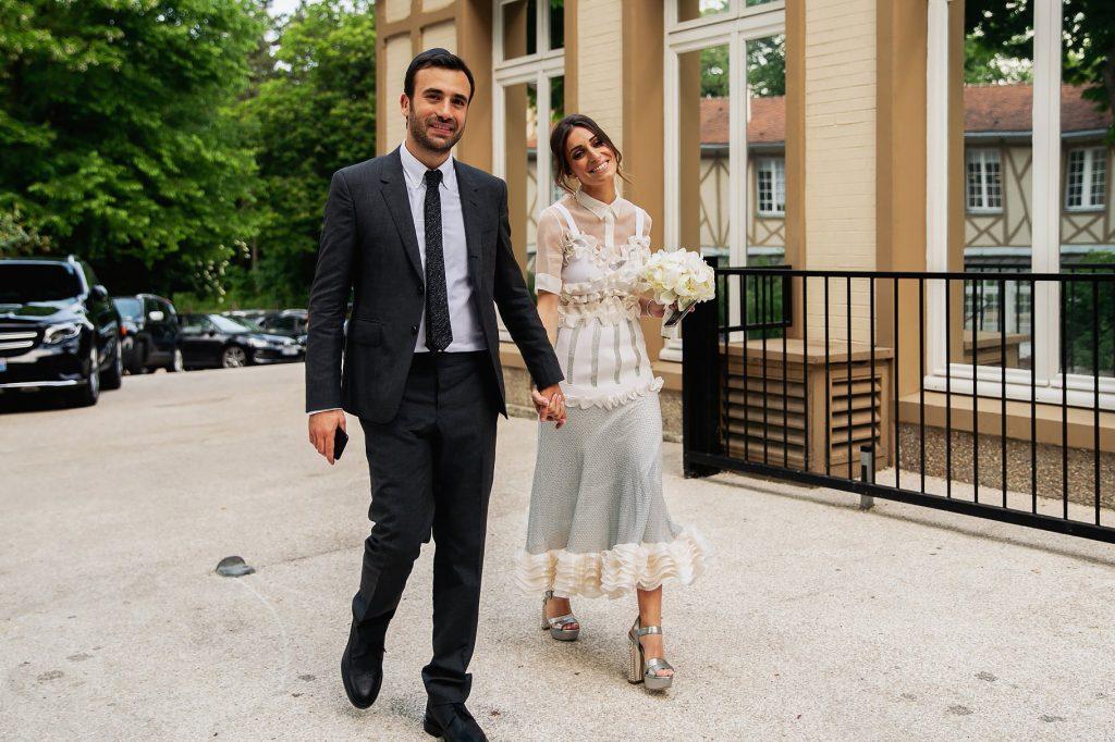 gli sposi arrivano al luogo del ricevimento di matrimonio a parigi