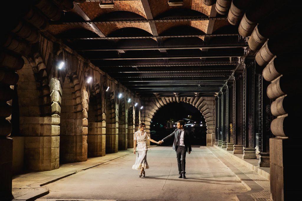 gli sposi passeggiano di notte per la cittaÕ dopo il matrimonio a parigi
