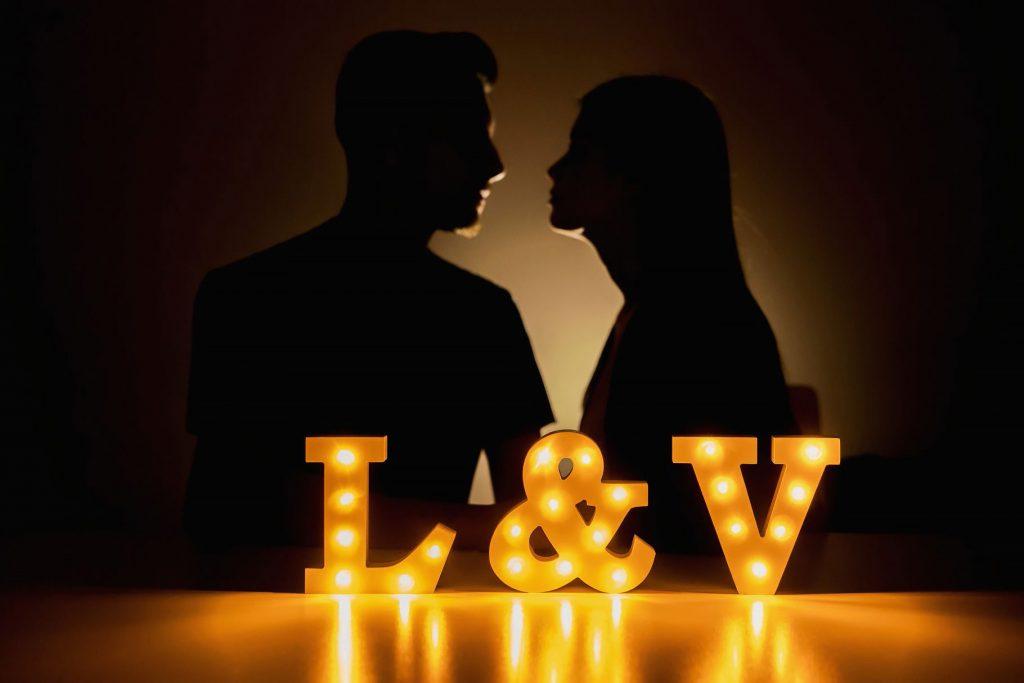 coppia di fidanzati prima del matrimonio con lettere luminose