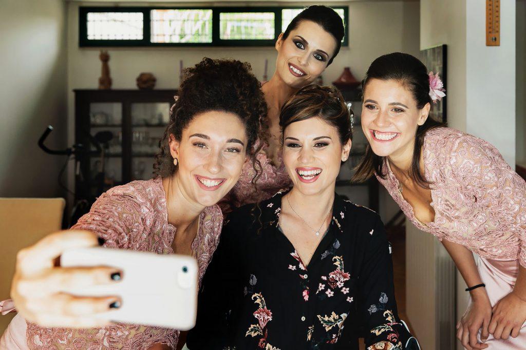 selfie di gruppo della sposa con le testimoni